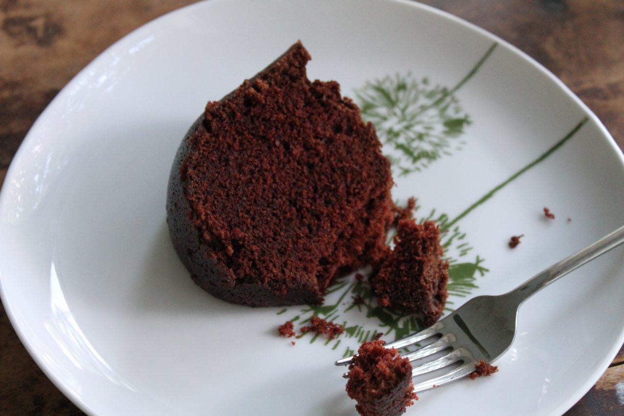 Какаов сладкиш с сушени плодове и кафе
