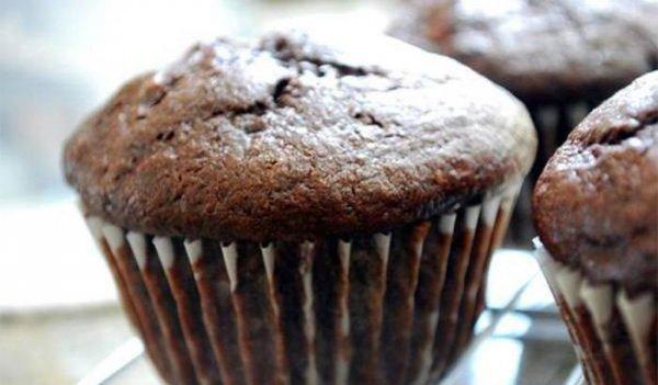 Какаови кексчета със сушени боровинки и шоколад