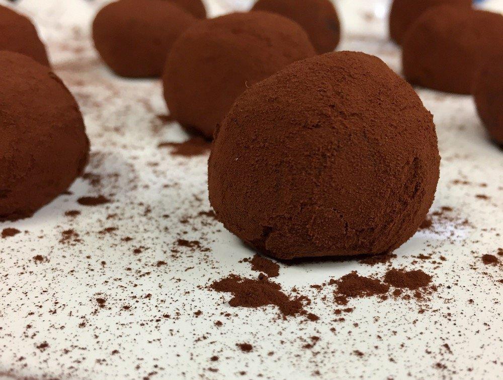 Здравословни какаови бонбони с фурми, стафиди, овесени ядки и орехи