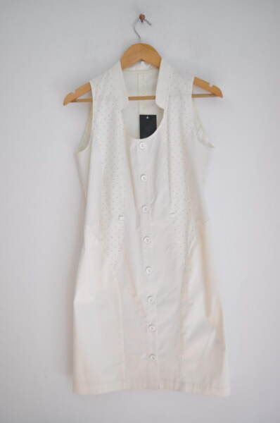 Бяла рокля на точки с ефектно деколте (второ качество)