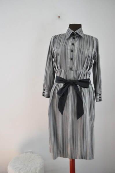 Дамска рокля на ефектни райета и контрастен колан