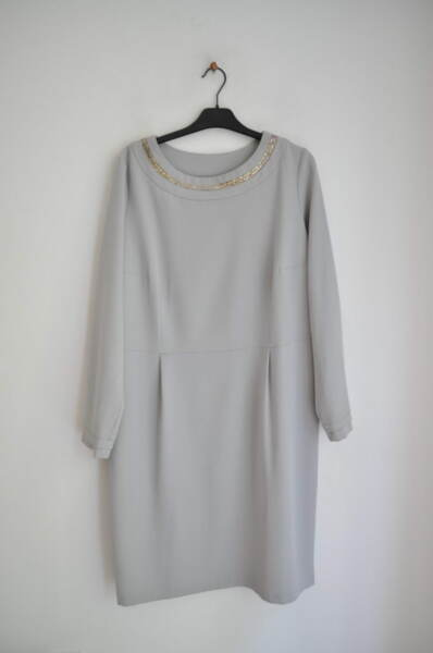 Дамска рокля със сребрист елемент