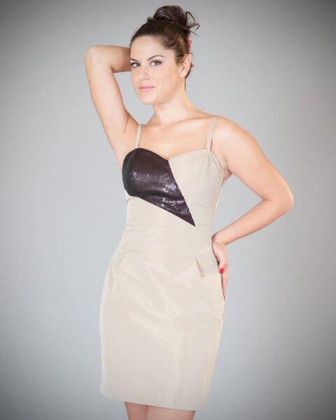 Дамска рокля с контрастен елемент