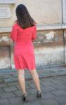 Дамска рокля с дискретен отвор на раменете