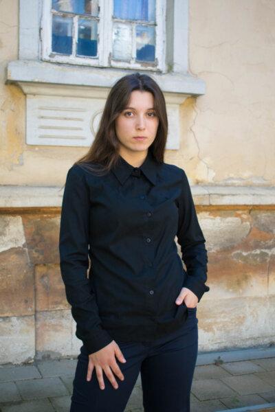 Класическа дамска риза с ефектни свивки