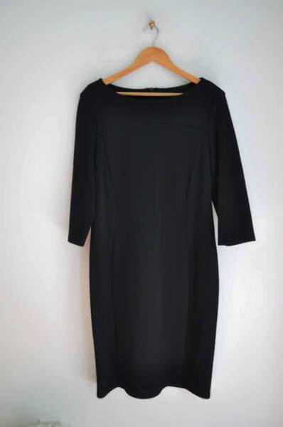 Вталена дамска рокля в черно