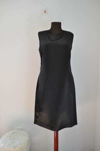 Дамска рокля с втален изчистен силует (второ качество) *БЕЗ ЦЕНА*