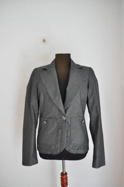 Раирано дамско сако с втален силует