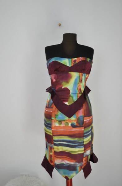 Вталена дамска рокля с ефектни волани
