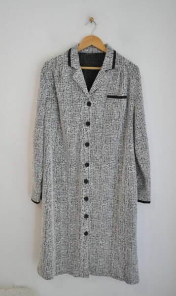 Черно-бяла дамска рокля с копчета