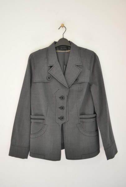 Вталено дамско сако с ефектна кройка