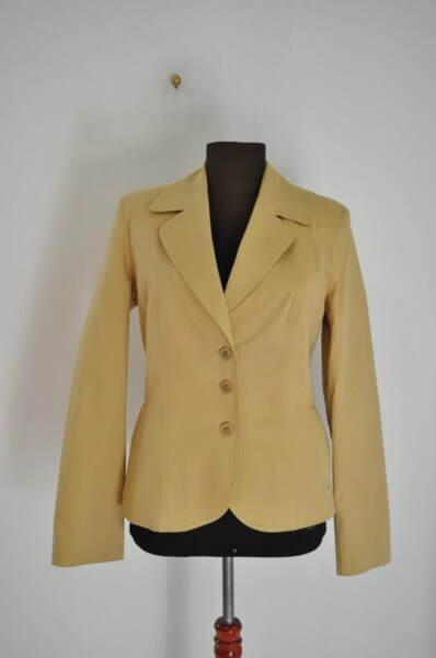Бежово дамско сако с джобове