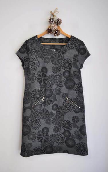 Дамска рокля в свободен силует с абстрактен принт (второ качество)