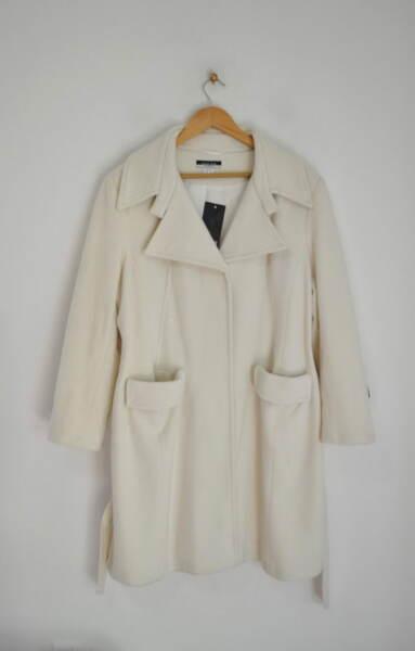 Вълнено дамско палто в екрю