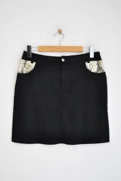 Къса дамска пола с дантела