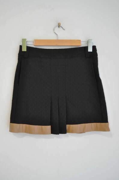 Дамска пола с еко кожа на подгъва (второ качество)