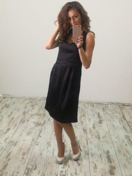Малка черна рокля от сатен
