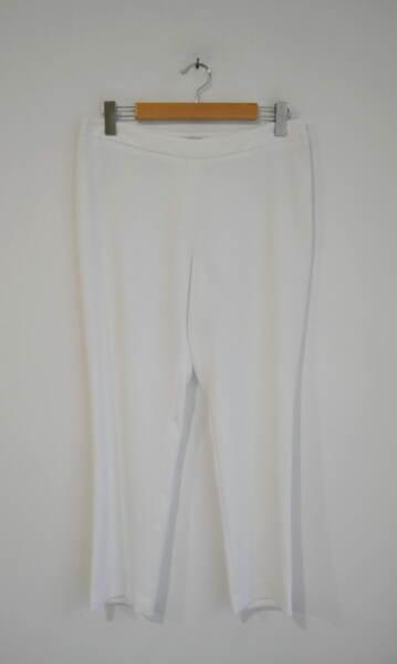 Дамски бял панталон в изчистен силует