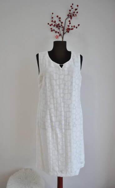 Бяла дамска рокля от релефен текстил
