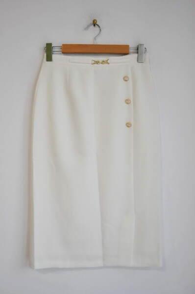 Дамска пола в екрю с декоративна катарама и копчета