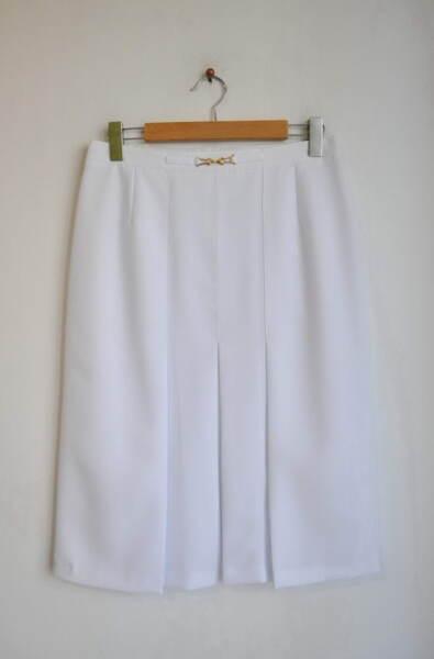 Бяла дамска пола с декоративна катарама