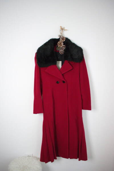 Червено дамско палто с подвижна яка от еко косъм