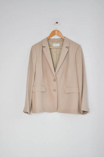 Дамско сако с джобове в бежово