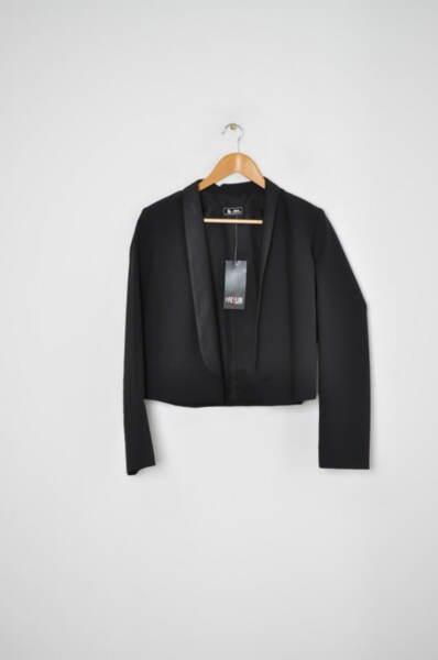 Късо дамско сако в черно