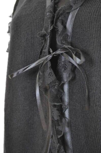Дамска жилетка украсена с дантели
