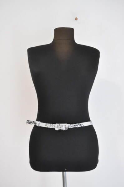 Дамски колан с черно-бяла шарка