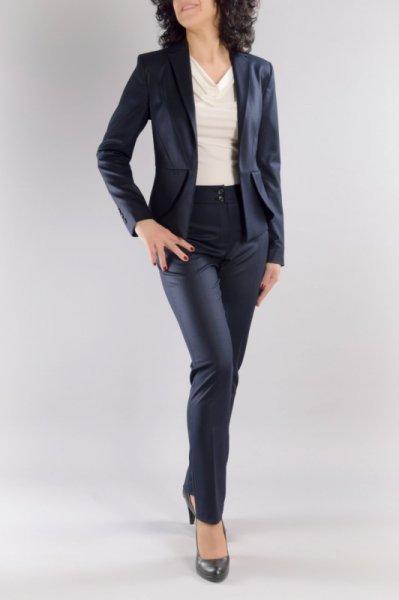 Костюм от вталено сако и тесен панталон