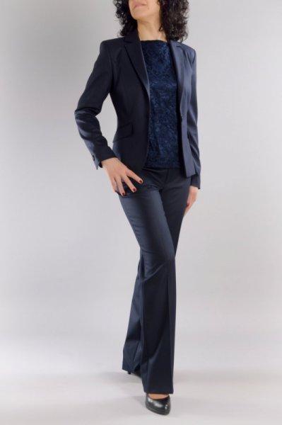 Костюм от вталено сако и прав панталон