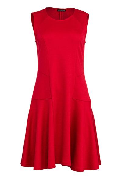 Разкроена дамска рокля с декоративни срязвания от мек трикотажен плат
