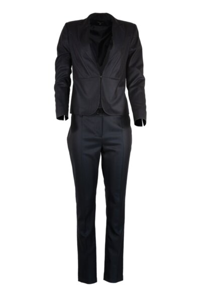 Костюм от тесен панталон и дамско сако с остър ревер