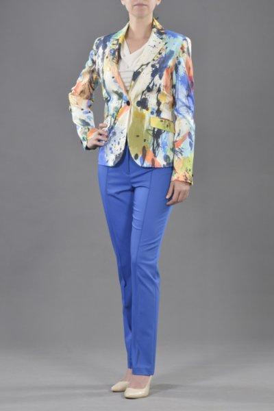 Класическо сако и тесен панталон