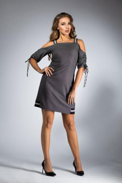 Спортно-елегантна рокля с голи рамене