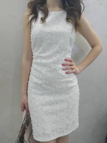 Къса дамска бяла рокля с перли