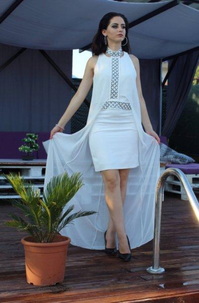 Официална къса бяла дамска рокля с камъни и воал
