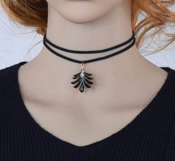 Дамска огърлица с медальон във вид на листо