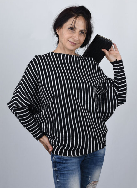 Дамски пуловер на райе тип прилеп