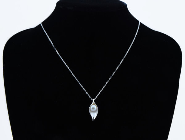 Колие с форма на листо с перла