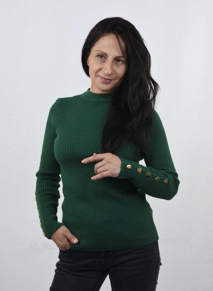 Дамски плетен пуловер с копчета на ръкава
