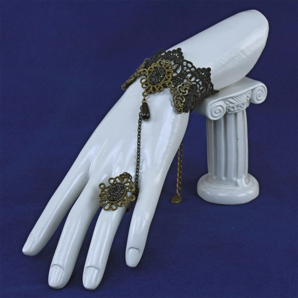 Дамска гривна от черна дантела с медальон и пръстен