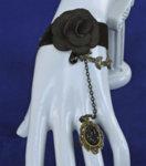 Дамска гривна от черна дантела с верижка и пръстен