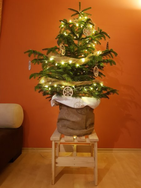 Правоъгълно дървено столче - поставка за Коледна елха