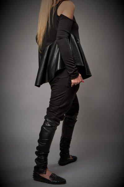 Стилна черна блуза с декорация от кожа