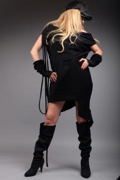 Стилна асиметрична черна рокля с ръкавели