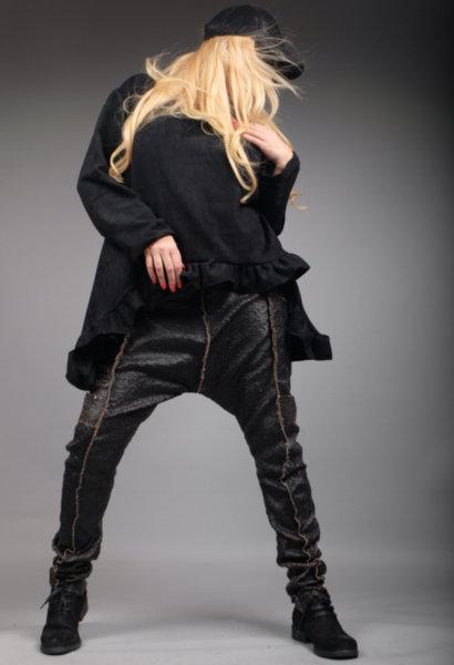 Луксозен дизайнерски панталон потур от ефектни кожени люспи