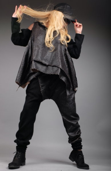 Луксозна дизайнерска блуза от ефектни кожени люспи