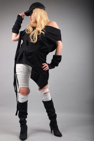 Стилна асиметрична черна блуза с ръкавели